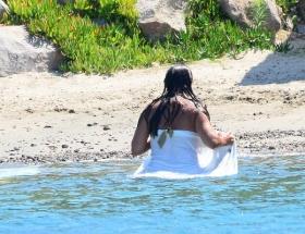 Denize havluyla girdi