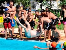 Çocuklar başkanı havuza attı!