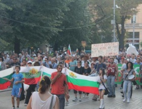 Göstericiler meclis önünü plaja çevirdi
