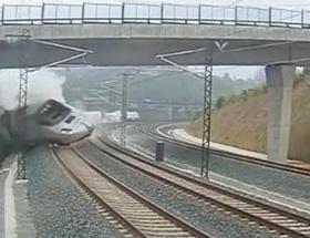 Akhisarda tren otomobile çarptı: 3 ölü