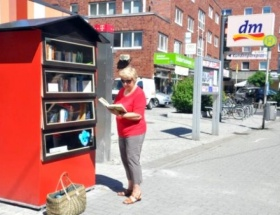 Sokakta ücretsiz kitap dolabı
