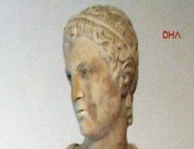 600 yıllık heykelin parmaklarını kopardı