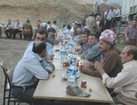 Askerlerden Kürtçe şarkılı bayramlaşma