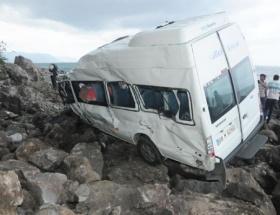 Dev kayalar minibüsü devirdi!