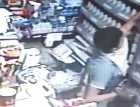 Sigara hırsızları güvenlik kamerasında