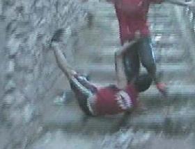 Merdiven yarışında takla attı