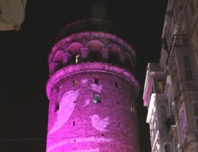 Galata Kulesi pembeye büründü