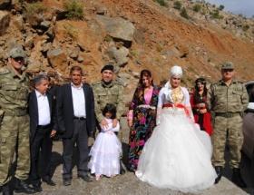 Türk Bayrağı alan çiftlere tehdit!