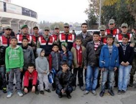 Jandarmalar, çocukları maça götürdü
