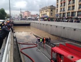 İzmirde yağmur araçları yuttu