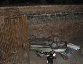 Otomobil kavşak inşaatına uçtu: 2 ölü