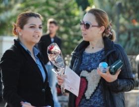 MHPli kadınlar, 5 bin adet karanfil dağıttı