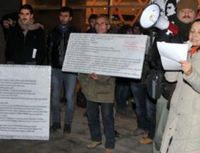 Ali İsmailin heykeline karanfil bırakıldı