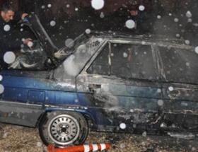 Park halindeki 2 otomobil yandı