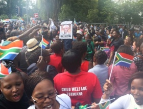 Binlerce kişi Mandelayı ziyaret etti