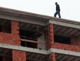 İnşaat çatısında intihar girişimi