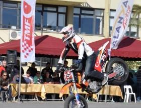Motosikletçiler şovmen olmak için yarıştı