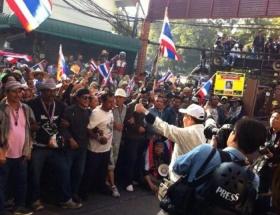 Taylandda göstericiler, partilerin seçimlere kayıt olmasını engelliyor