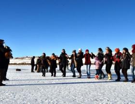 Buz üzerinde halay çektiler