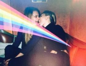 Miley Cyrus ünlü mankenle öpüştü