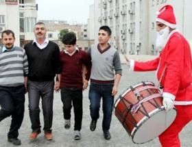 Noel Baba kıyafetli davulcu şaşırttı