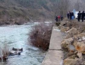 Otomobil ırmağa uçtu: 1 kişi kayıp