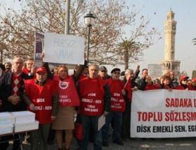 Atanamayan sağlıkçılar AK Parti önünde eylem yaptı