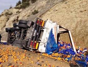 Portakal yüklü kamyon devrildi: 2 ölü