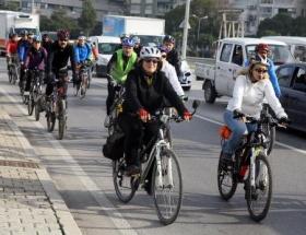 Bisikletçilerden trafikte saygı eylemi