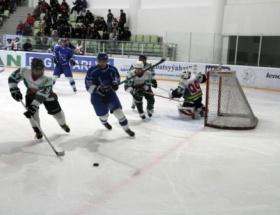Türkmenistanda ilk buz hokey şampiyonası yapıldı