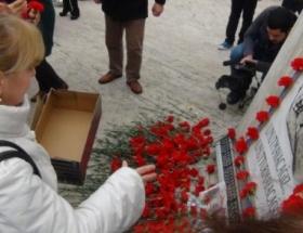 Mumcuyu anma törenlerinde ayakkabı kutulu protesto