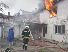 Alevlerin yuttuğu ev kül oldu