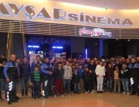 Göçle gelen aileler Halam Geldi filmini izledi