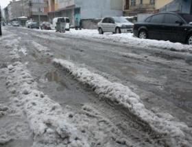 Kar eridi caddeler göle döndü