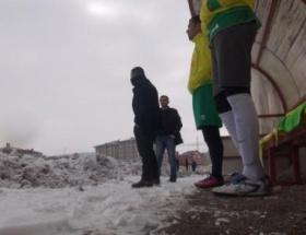 Futbolcular sahada ayakta kalma mücadelesi verdi