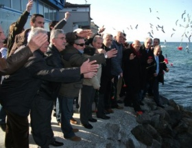 Mudanyada mübadele şehitleri anısına denize karanfil bırakıldı