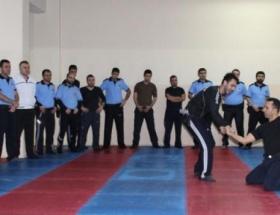 Polisler savunma taktikleri kursunu başarıyla bitirdi
