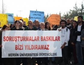 Öğrencilerden rektöre türkülü protesto