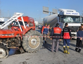 Traktöre çarptı: 2 ölü, 1 yaralı!