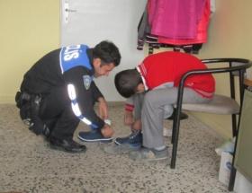Polisten öğrencilere giysi yardımı