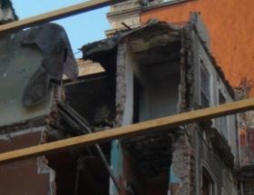 Restore edilen binadan beton parçaları düştü: 1 yaralı