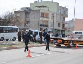Kadirlide otomobil elektrik direğine çarptı: 2 yaralı