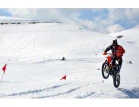 Motosiklet sporcuları kar pistinde