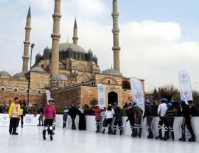 Selimiye meydanında buz pateni keyfi
