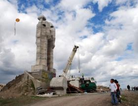 İnsanlık Anıtının kafası kesildi