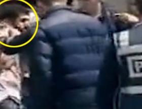 Polis gencin boynuna poşu takıp fotoğrafını çekti