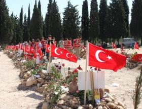 Şehitlik bayraklarla donatıldı