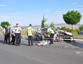 Otomobil, TIRa çarptı: 2 ölü