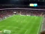 Kağıt uçakla futbolcuyu vurdu