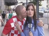 Muhabiri şaşkına çeviren öpücük!